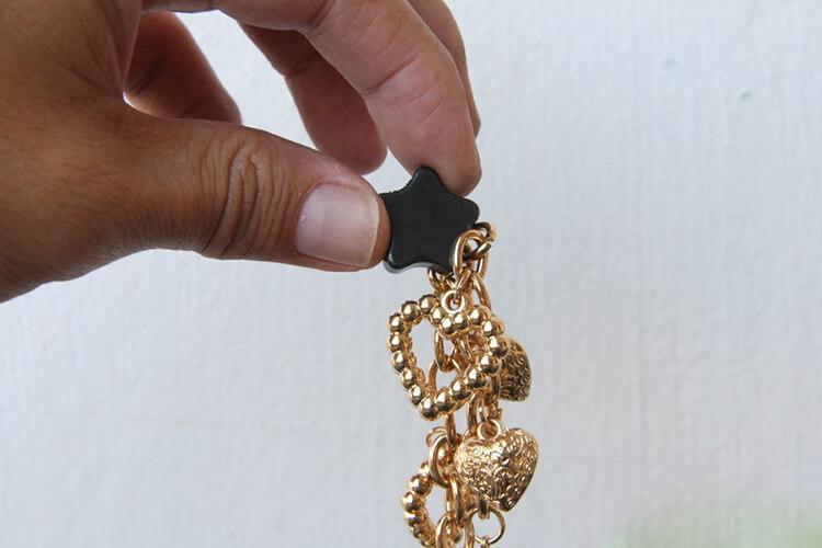Phân biệt vàng thật giả bằng cách dùng nam châm